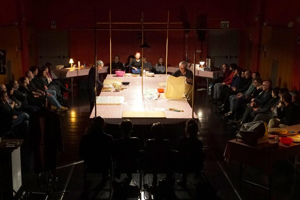 """""""Attorno a un tavolo"""" di Teatro delle Ariette - foto Stefano Vaja"""